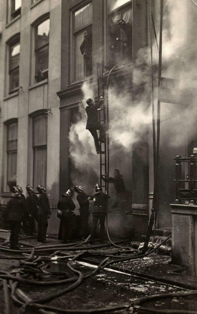 Gordijn inspecteert brand bij de Doelen.