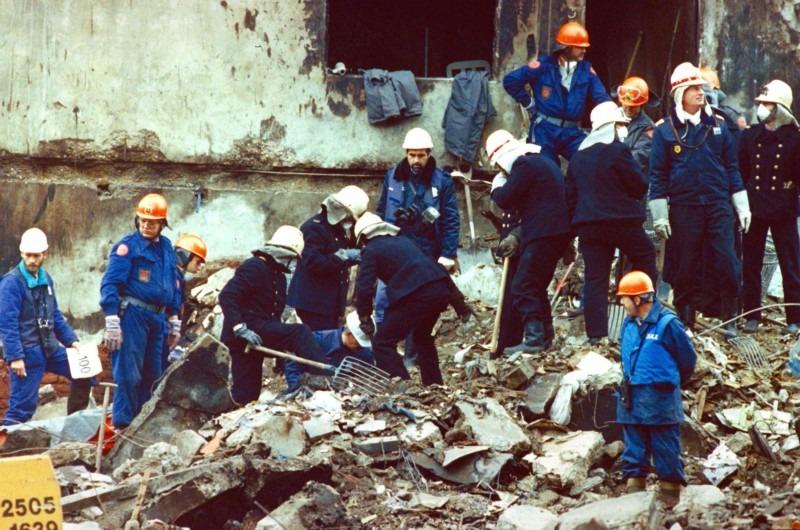 De oranje helmpjes waren een restant van de BB, Bescherming Burgerbevolking.
